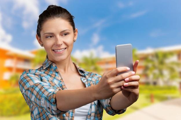 Jeune femme à l'aide de smartphone