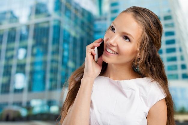Jeune femme à l'aide d'un téléphone portable