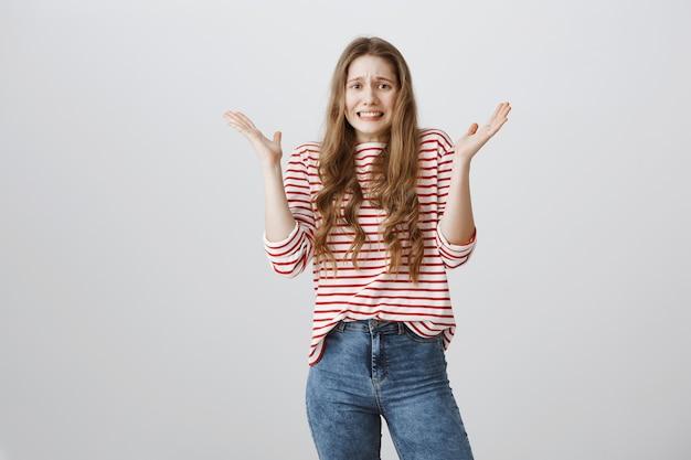 Jeune femme alarmée se serrant la main et paniquant