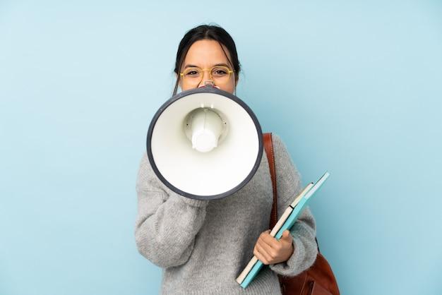 Jeune femme, aller école, sur, bleu, cris, par, a, porte voix