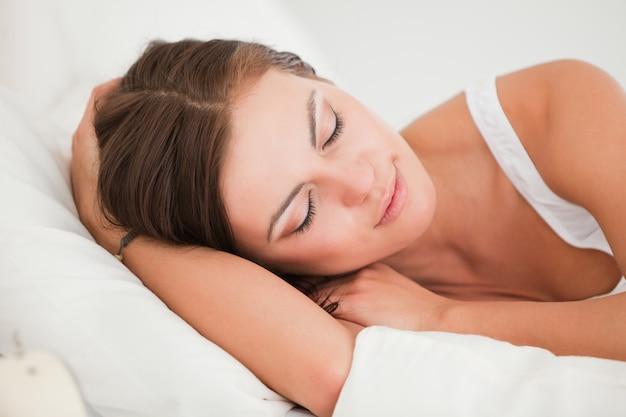 Jeune femme allongée dans son lit