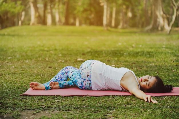Jeune femme allongée et étirée