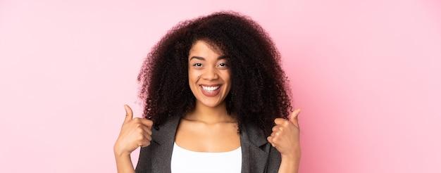 Jeune, femme américaine africaine, donner, a, pouces haut, geste
