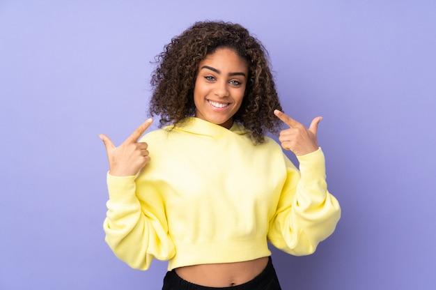 Jeune, femme américaine africaine, isolé, sur, espace, donner, a, pouces haut, geste