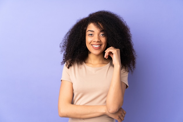 Jeune, femme américaine africaine, isolé, sur, violet, rire