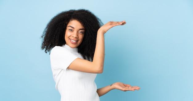 Jeune, femme américaine africaine, isolé