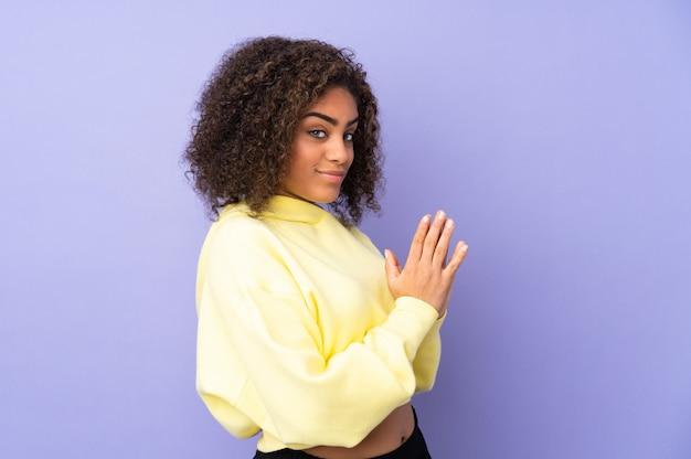 Jeune, femme américaine africaine, sur, mur, comploter, quelque chose