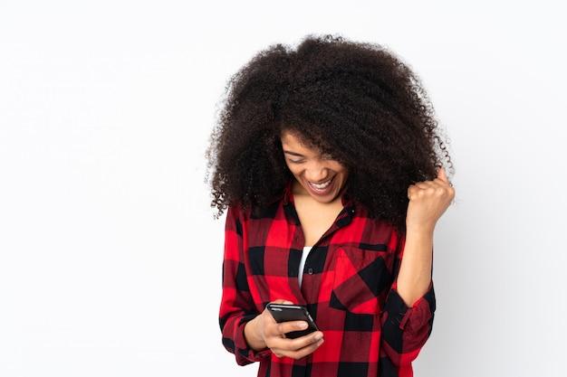 Jeune, femme américaine africaine, sur, mur, surpris, et, envoyer message