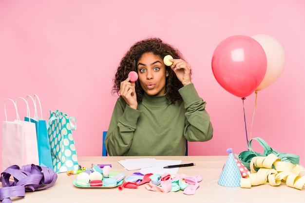Jeune, femme américaine africaine, planification, a, anniversaire