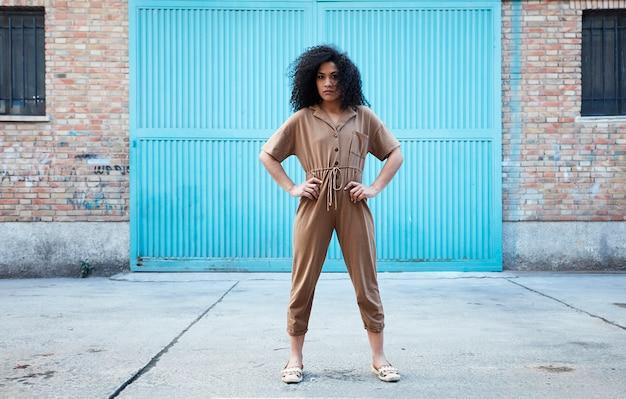 Jeune, femme américaine africaine, poser