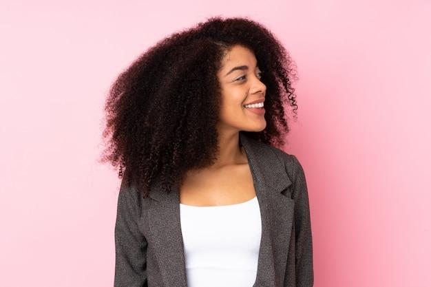 Jeune, femme américaine africaine, regarder côté