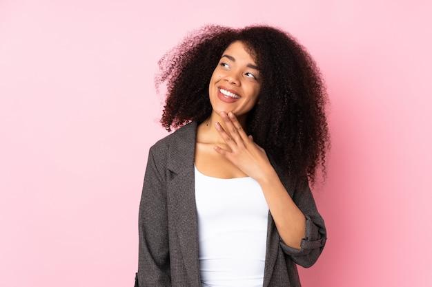 Jeune, femme américaine africaine, regarder haut, quoique, sourire