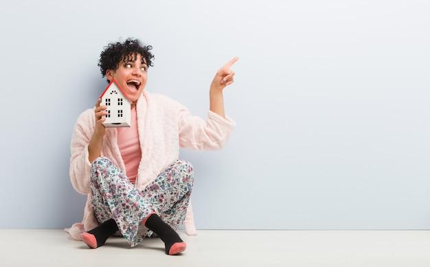 Jeune, femme américaine africaine, séance, tenue, a, maison, icône