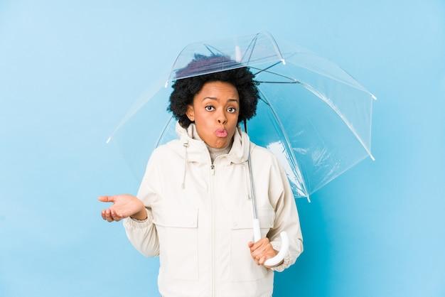 Jeune, femme américaine africaine, tenir parapluie