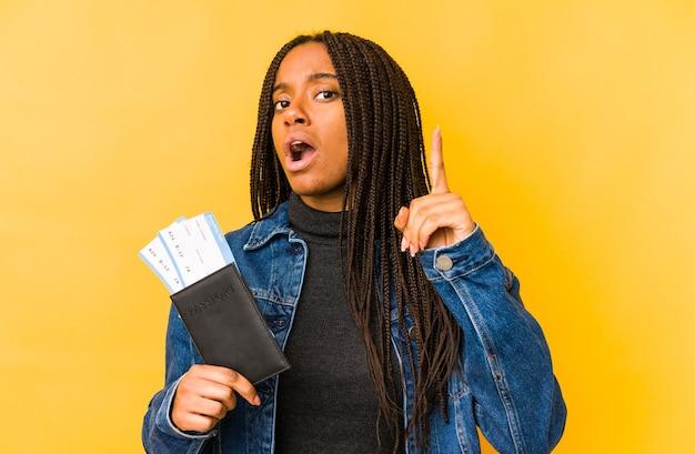 Jeune, femme américaine africaine, tenir passeport