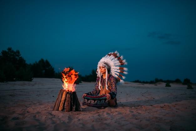 Jeune femme amérindienne contre le feu