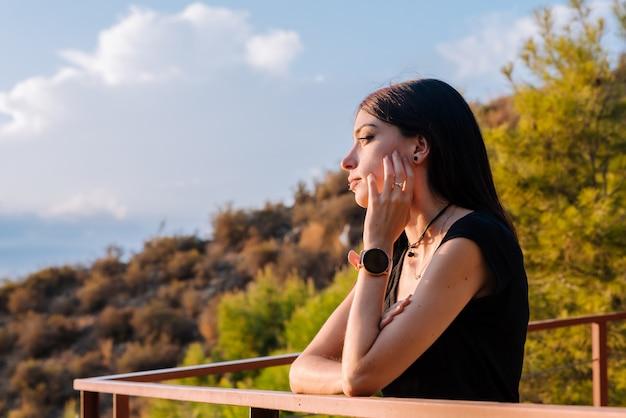 Jeune femme amoureuse, attendant son petit ami le jour de la saint-valentin