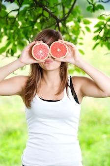 Jeune femme, amusant, à, fruits