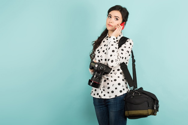 Jeune femme avec appareil photo et son étui