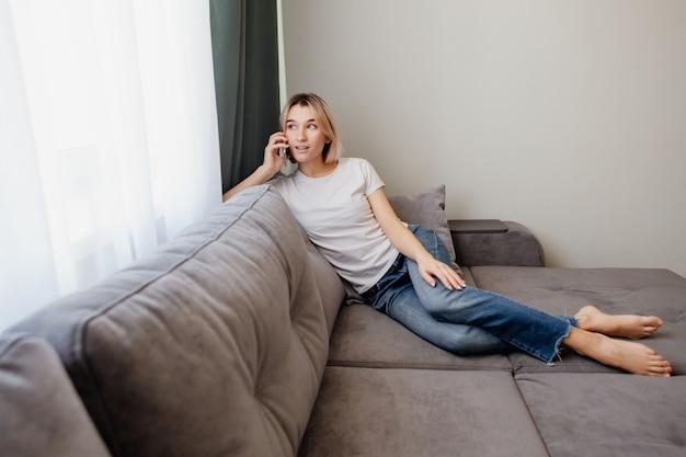 Jeune femme appelle depuis son smartphone vers une boutique en ligne