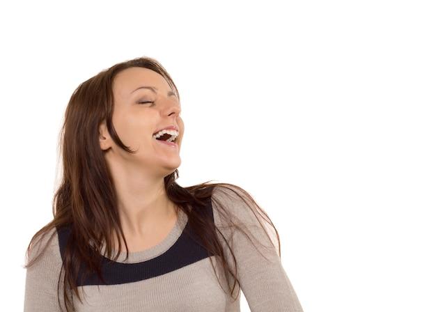 Jeune femme appréciant un bon rire
