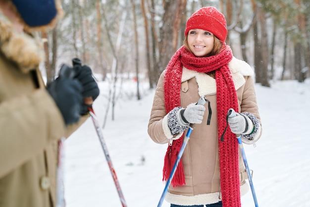 Jeune femme appréciant la date de ski