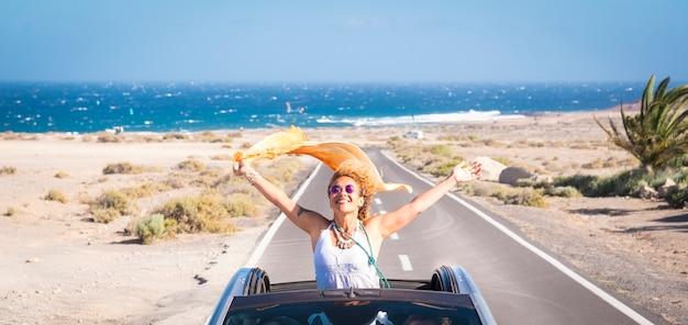 Une jeune femme appréciant et s'amusant pendant leurs vacances à l'extérieur