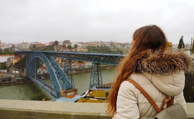Jeune femme appréciant la vue de porto
