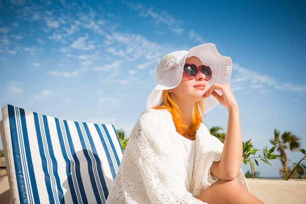 Jeune femme apprécie le soleil