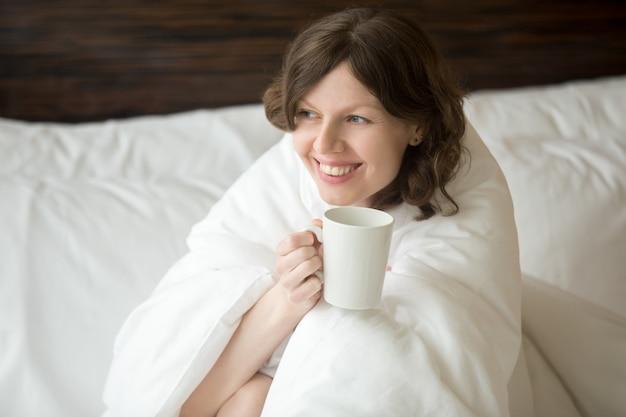 Jeune femme apprécie son matin