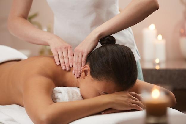 Jeune, femme, apprécier, dos, massage