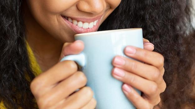 Jeune femme, apprécier, a, tasse café