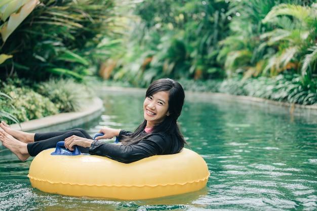 Jeune, femme, apprécier, tube, paresseux, rivière, piscine