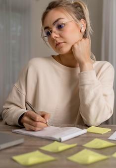 Jeune femme apprenant l'anglais en ligne