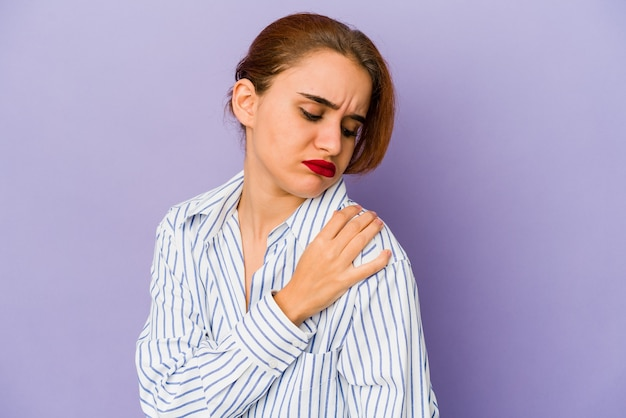 Jeune femme arabe ayant une douleur à l'épaule