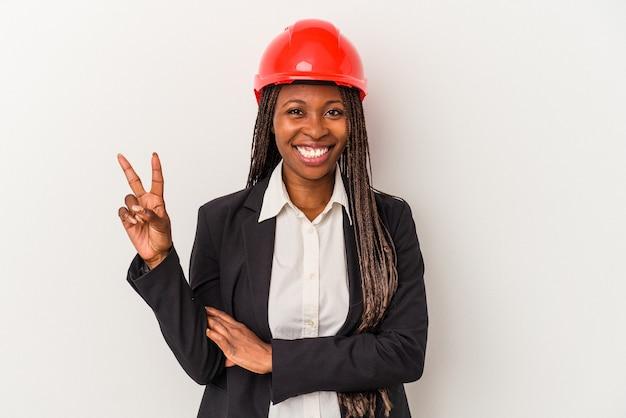 Jeune femme architecte afro-américaine isolée sur fond blanc montrant le numéro deux avec les doigts.