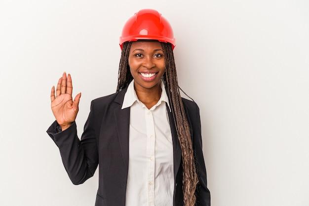 Jeune femme architecte afro-américaine isolée sur fond blanc souriant joyeux montrant le numéro cinq avec les doigts.