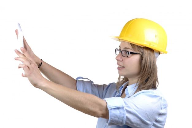 Jeune femme architecte prendre une photo avec tablette numérique
