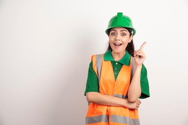 Jeune femme architecte en uniforme et casque. photo de haute qualité