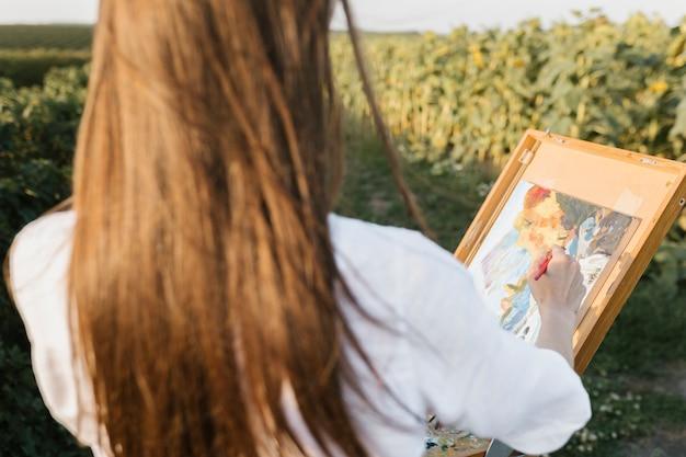 Jeune femme artistique en train de peindre