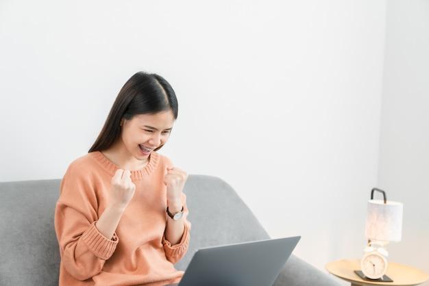 Jeune femme asiatique à l'aide de son ordinateur portable