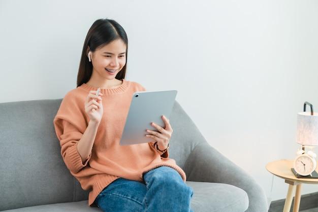 Jeune femme asiatique à l'aide d'une tablette numérique