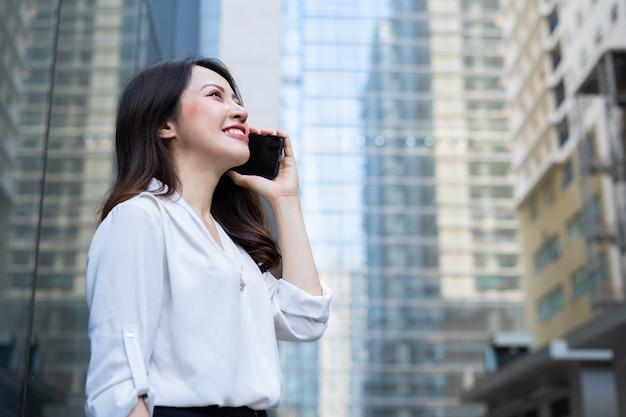 Jeune femme asiatique appelant à son amie