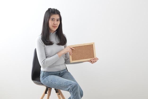 Jeune femme asiatique assise