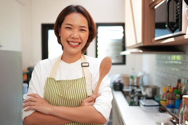 Jeune femme asiatique belle femme au foyer bras croisé et sourire de bonheur
