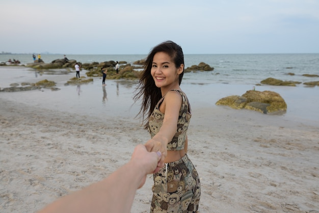 Jeune femme asiatique belle heureuse souriant