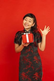 Jeune femme asiatique avec boîte-cadeau