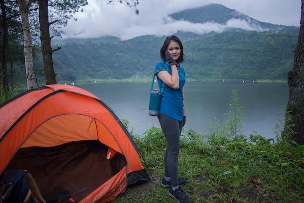 Jeune femme asiatique camping ou pique-nique dans le lac de la forêt.