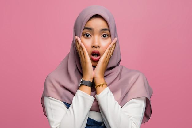 Jeune femme asiatique choquée avec la bouche ouverte