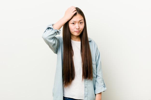 Jeune femme asiatique choquée, elle s'est souvenue d'une réunion importante.